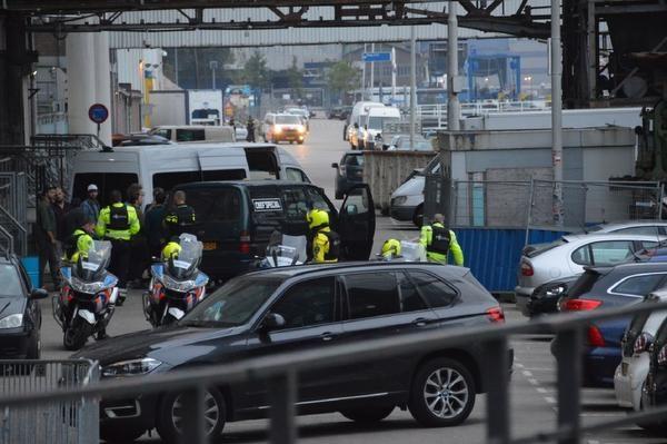 Allah-Las verlaat Maassilo onder politiebegeleiding (telegraaf.nl)