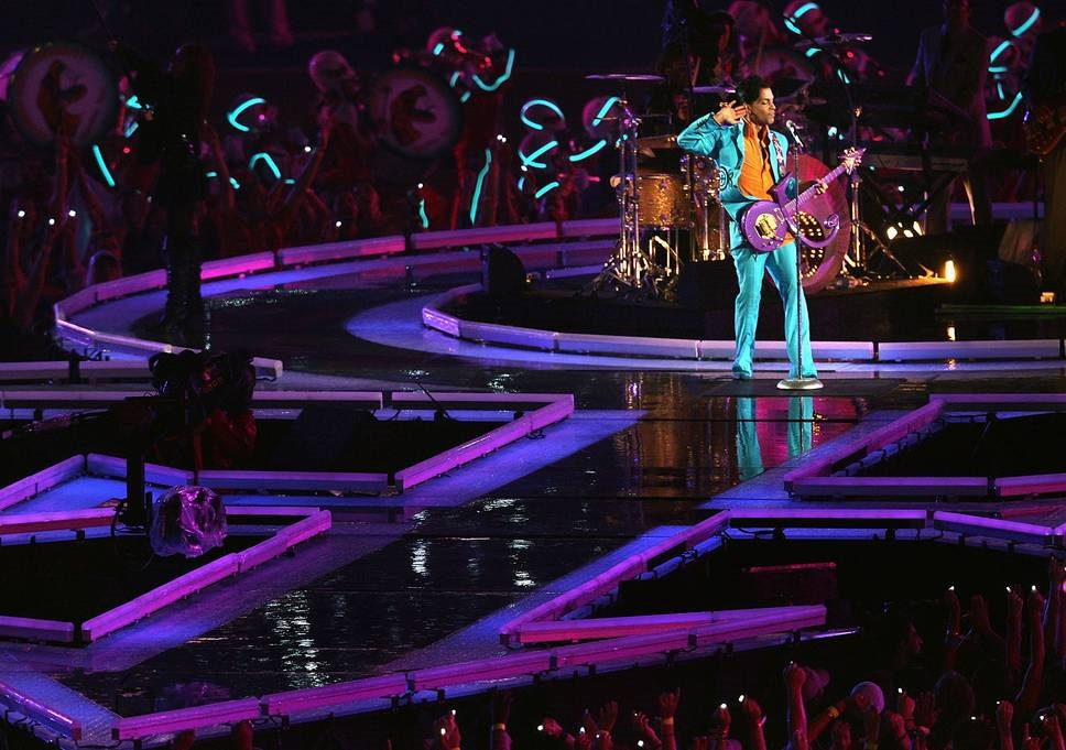 Prince - Love Symbol podium - Super Bowl - 04-02-2007 (independent.co.uk)