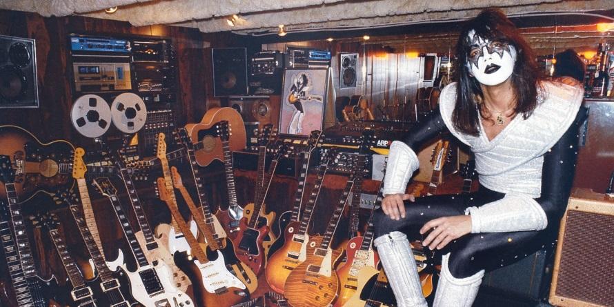 Ace Frehley - Met gitaarcollectie 1978 (imgur.com)