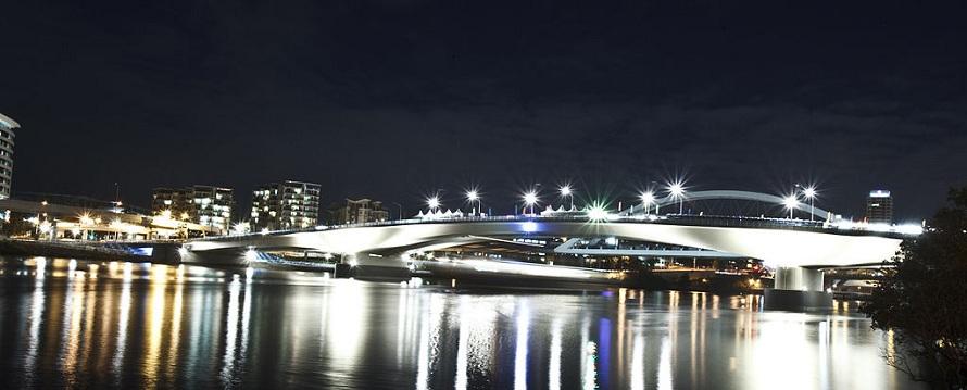 Go Between Bridge Brisbane at night (wikimedia.org)