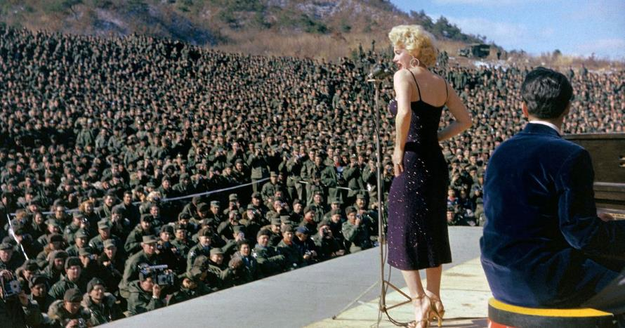 Marilyn Monroe in Korea 1954 (mashable.com)