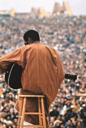 Richie Havens tijdens Woodstock (pinterest.com)