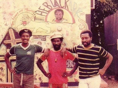 Barry Heptone, Lee Perry & Junior Murvin voor de Black Ark Studio (pinterest.com)