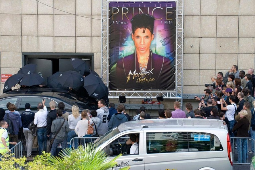 Prince arrives at the Stravinsky Hall in Montreux 2009 (swissinfo.ch)