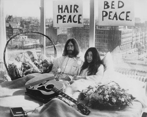 John Lennon & Yoko Ono - Bed-In For Peace - Amsterdam 1969 (pinterest.com)