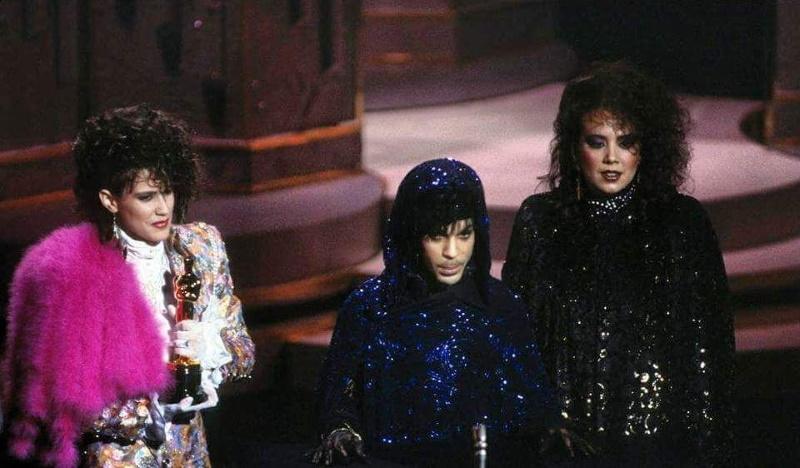 Prince, Wendy & Lisa accepteren Oscar voorPurple Rain, 25-03-1985 (twitter.com)