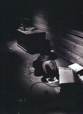 The Clash - Sandinista! - Joe Strummer schrijft teksten in Electric Ladyland Studios, New York, 1980 (pinterest.com)